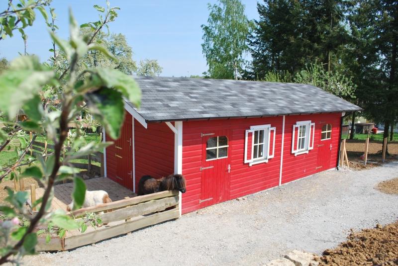 Gartenhaus, auf der einen Seite als Stall genutzt
