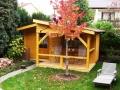 Gartenhaus mit langem Vordach und Terrasse auf einer Seite
